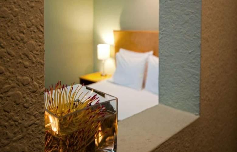 Crest Hotel Suites - Room - 8