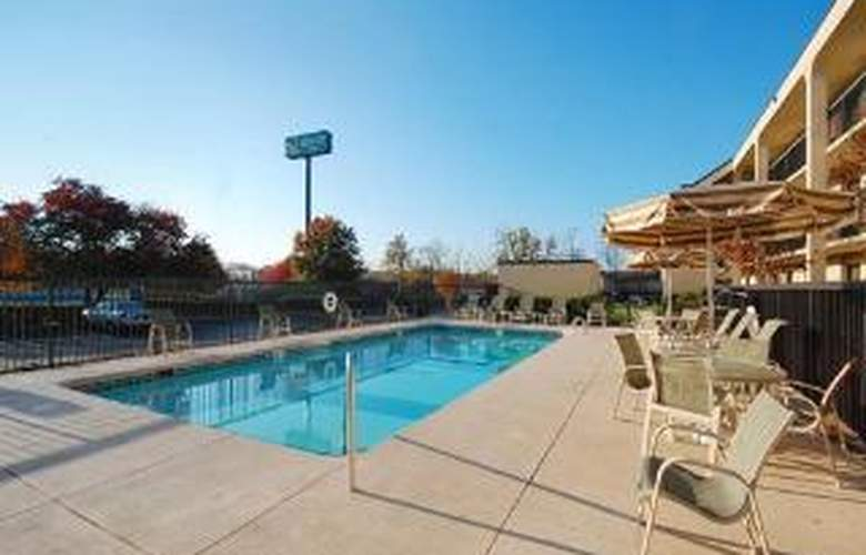 Quality Inn Merchants Drive - Pool - 5