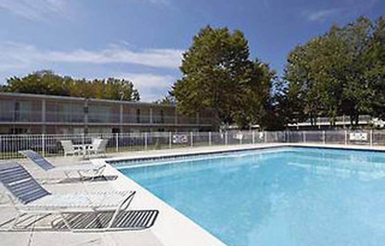 Howard Johnson Inn Albany - Pool - 2