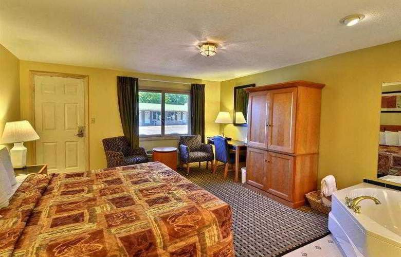 Econo Lodge Inn & Suites - Pool - 1