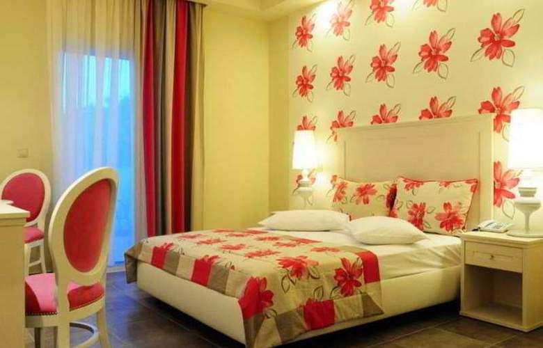 Louloudis - Room - 3