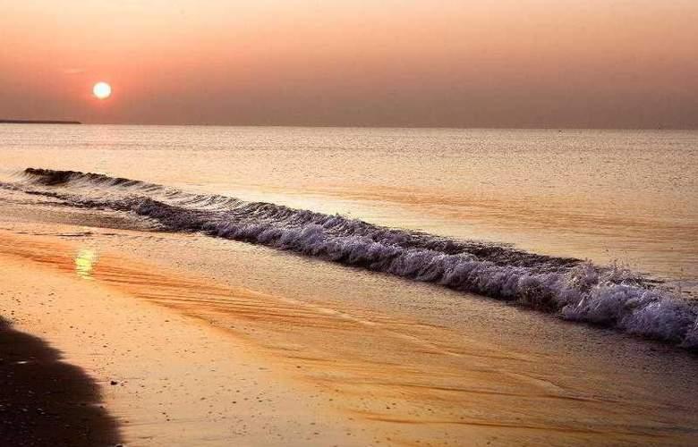 Le Meridien Ra Beach Hotel & Spa - Beach - 57