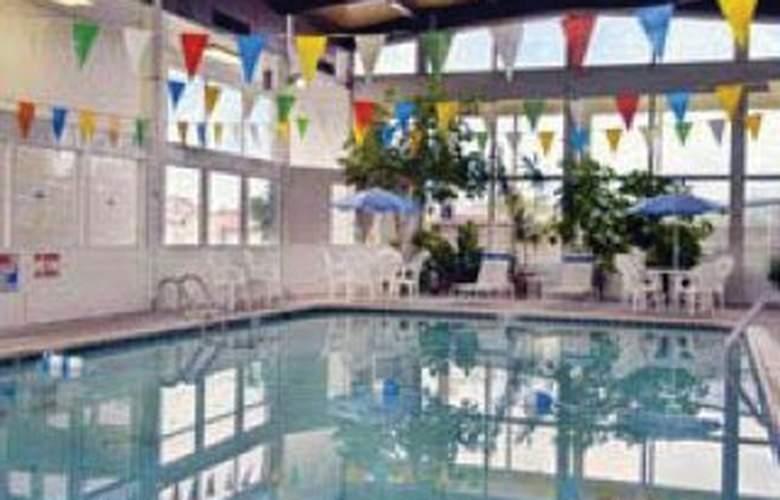 Howard Johnson Inn - Pool - 4