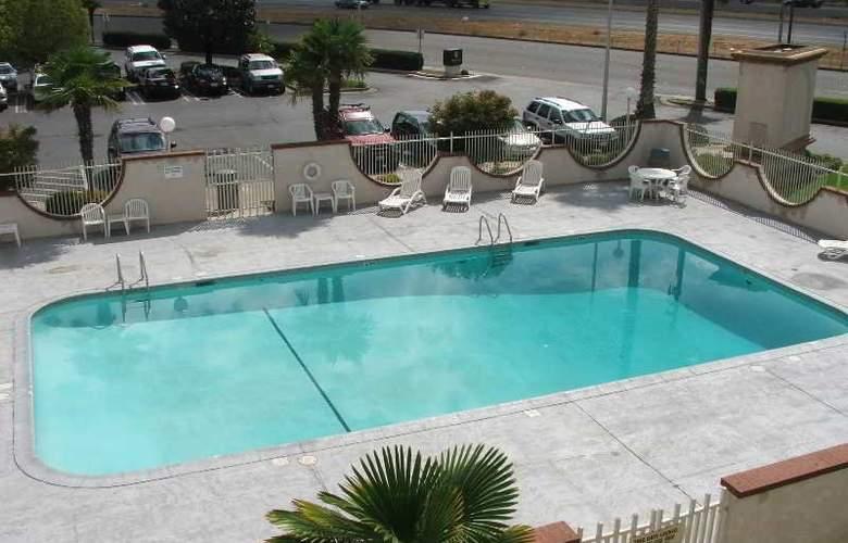 Clarion Inn Modesto - Pool - 5