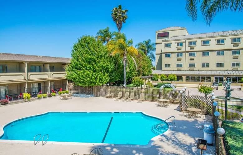 Ramada West Sacramento - Pool - 3