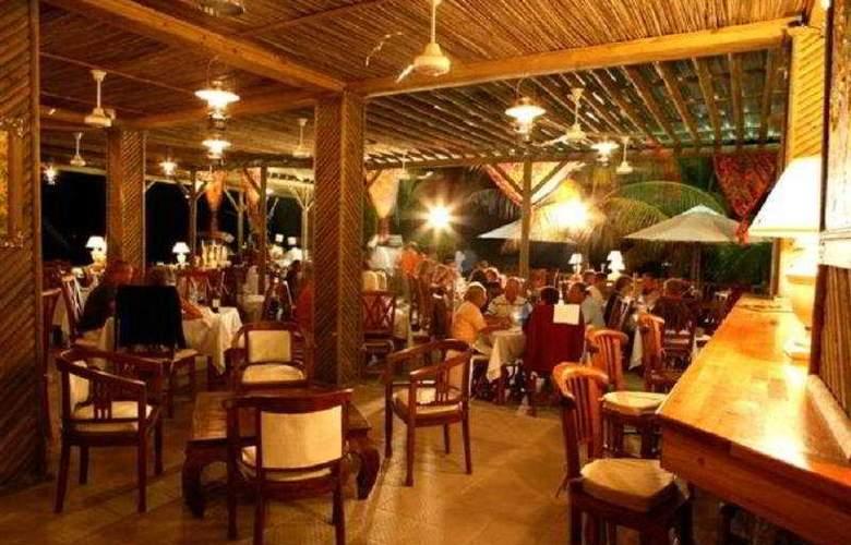 Hibiscus Beach Resort & Spa - Bar - 8