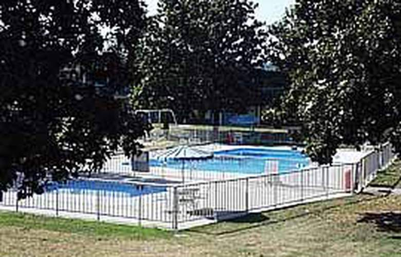 Econo Lodge & Suites - Pool - 5
