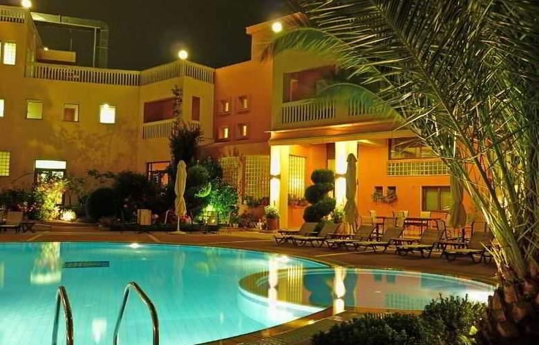 Ambassador Hotel - Pool - 21