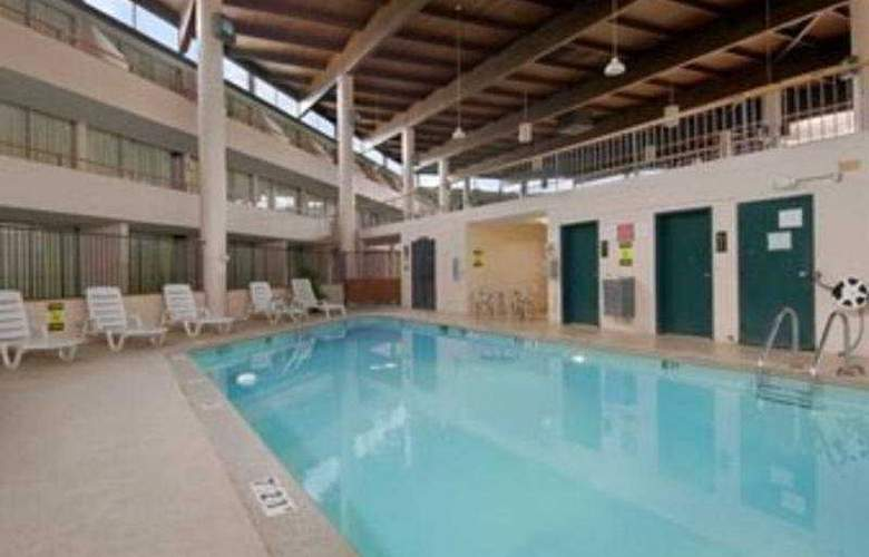 Clarion Inn St Louis Airport North - Pool - 8