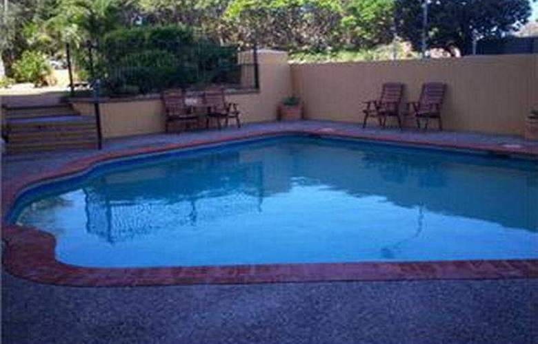 Capricorn One Beachside Holiday Apartments - Pool - 3