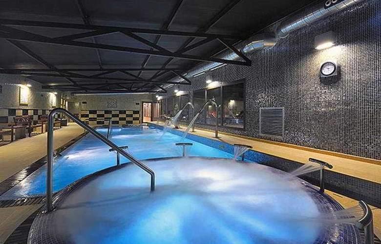 Salles Aeroport Girona - Pool - 4