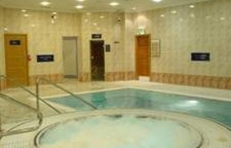 Menzies Strathmore Luton - Pool - 2