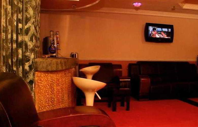 Hipoint Hotel and Suites - Bar - 13