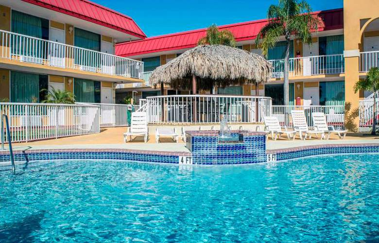 Econo Lodge  Inn & Suites - Pool - 14