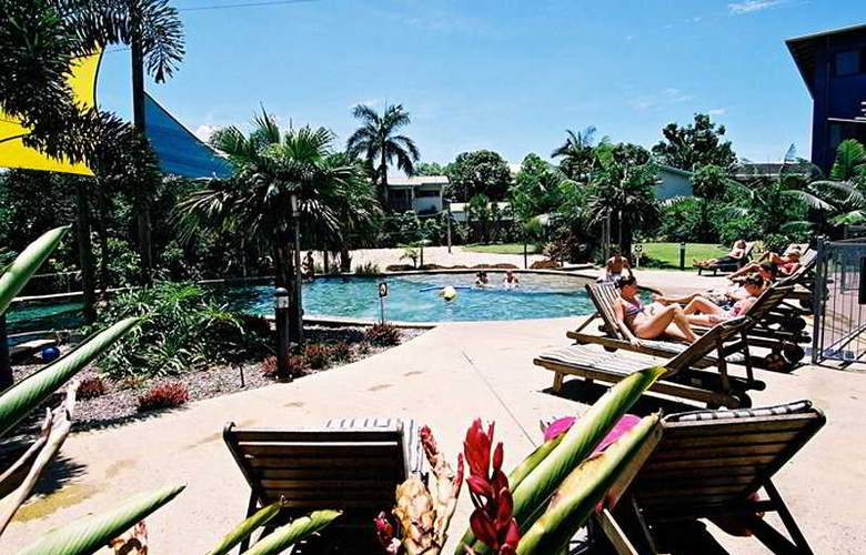 Nomads Cairns Backpackers - Pool - 5