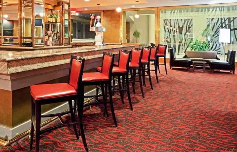 La Guardia Plaza Hotel - Bar - 12