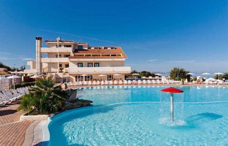 La Plage Noire Hotel & Resort - Pool - 8