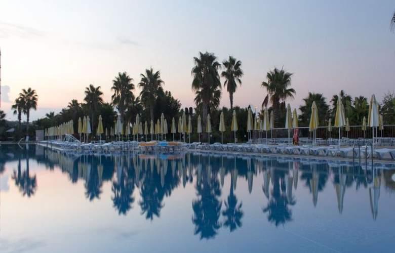 Golden Coast Resort - Pool - 5