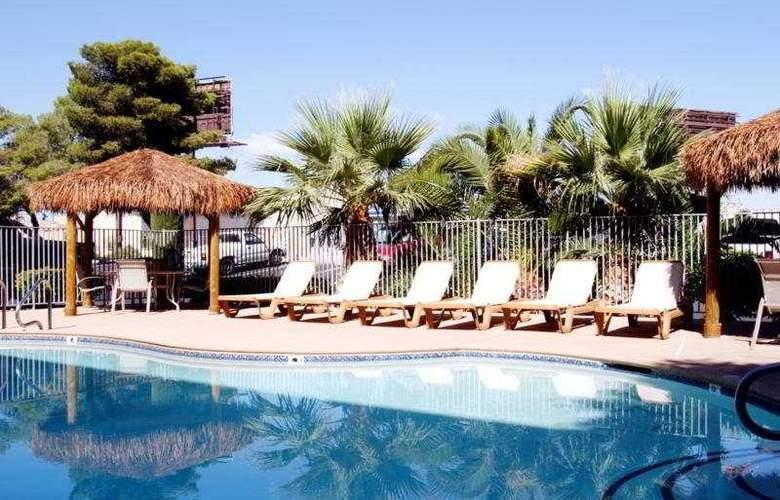 Best Western Orlando East Inn & Suites - Pool - 9