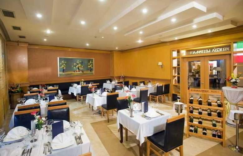Crystal Admiral Resort Suits&Spa - Restaurant - 16