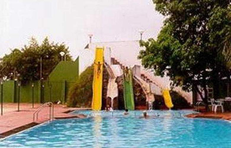 Quality Inn Regency Nasik - Pool - 3