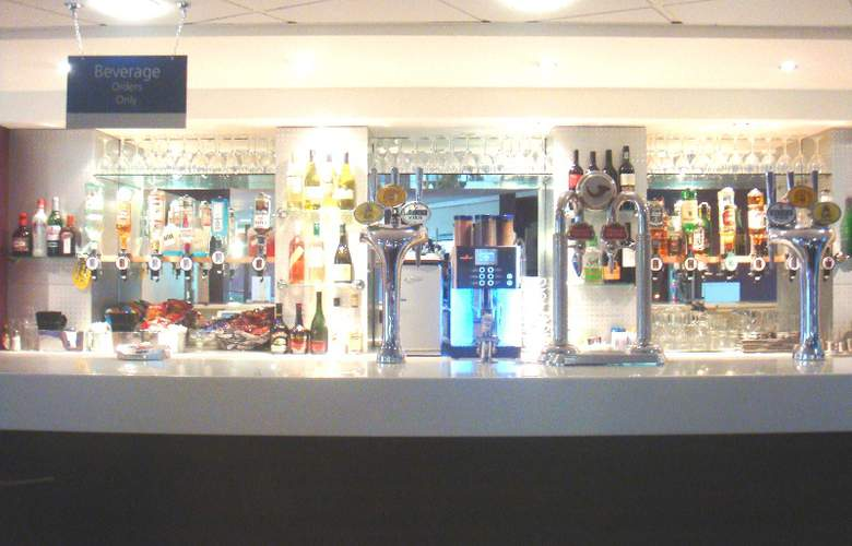Holiday Inn Express Stansted Airport - Bar - 14
