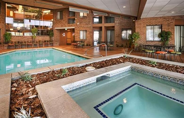 Best Western Landmark Inn - Pool - 123
