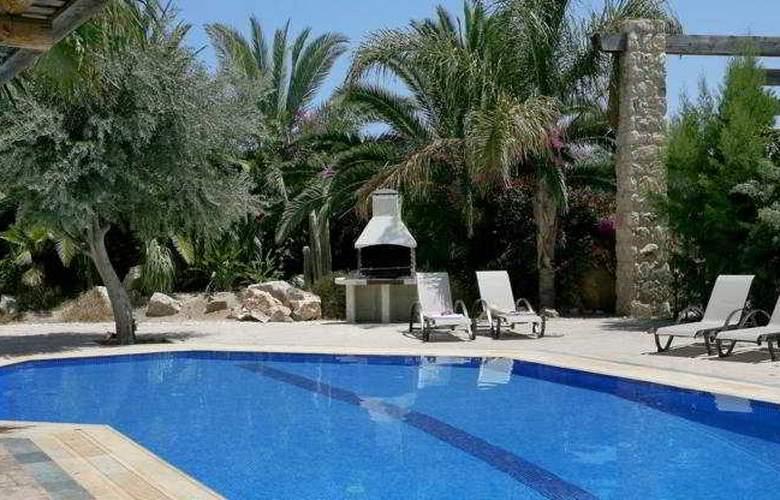 Z&X Holiday Villas - Pool - 1