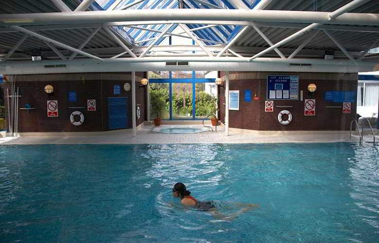 Park Inn by Radisson London Heathrow - Pool - 6