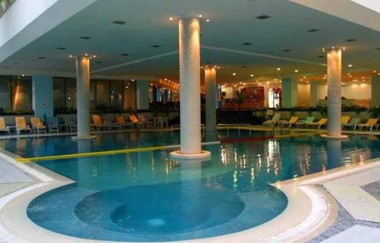 Ramada Plaza Astana Hotel - Pool - 9