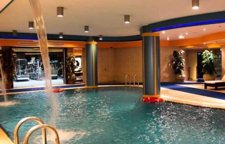 Days Inn - Pool - 9