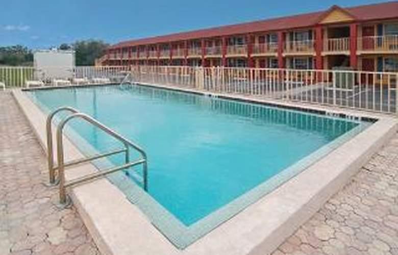 Econo Lodge  Inn & Suites Maingate Central - Pool - 5