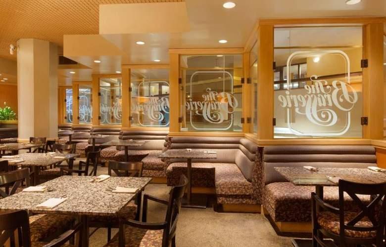Coast Plaza Hotel & Suites - Restaurant - 7