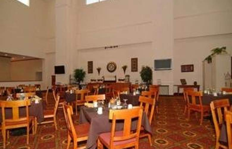 Clarion Hotel & Conference Center - Restaurant - 6