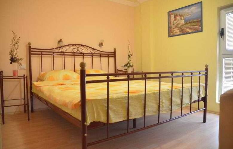 Queen Hotel - Room - 2
