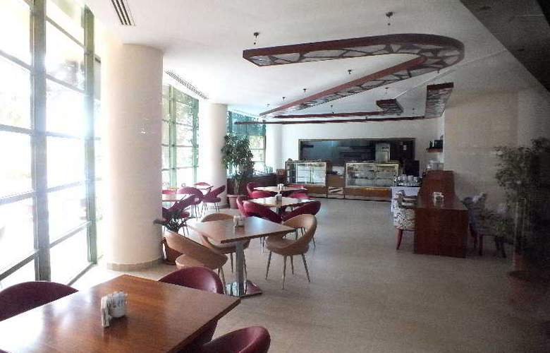 Golden Coast Resort - Restaurant - 28