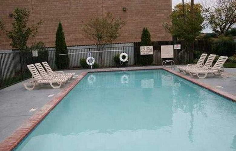 Hampton Inn and Suites CAL Expo - Pool - 1