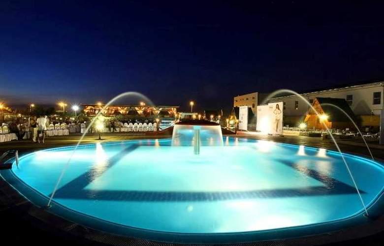 Queen Hotel - Pool - 8