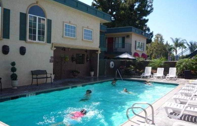 Quality Inn & Suites Anaheim - Pool - 3