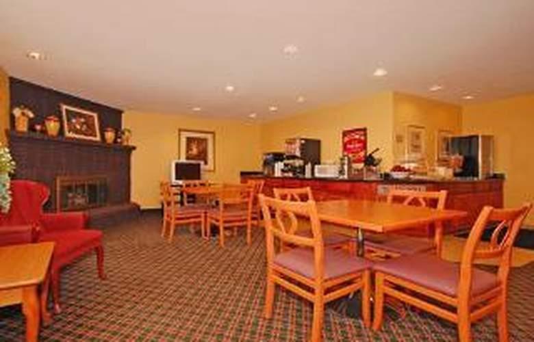 Econo Lodge  Inn & Suites - General - 3