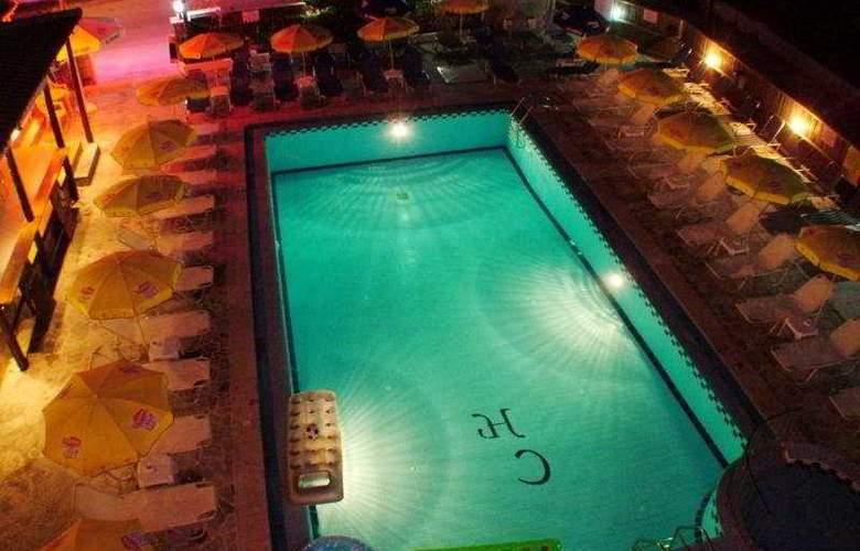 Canadian Hotel - Pool - 8