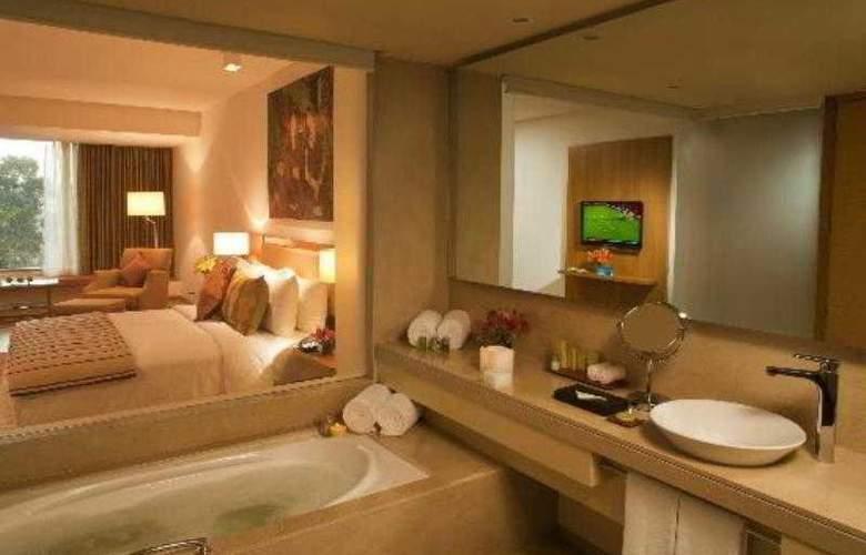 Radisson Blu Plaza Hotel Hyderabad Banjara Hills - Pool - 7