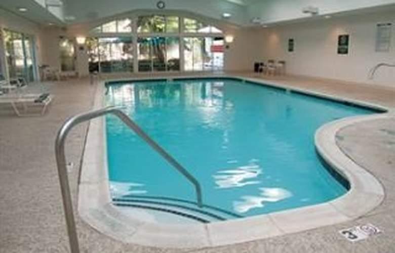 La Quinta Inn & Suites Durham / Chapel Hill - Pool - 8