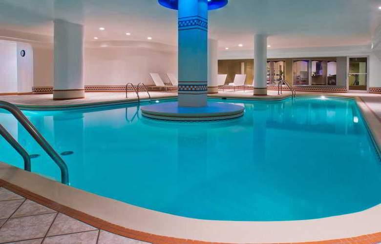 Manoir Victoria - Pool - 4