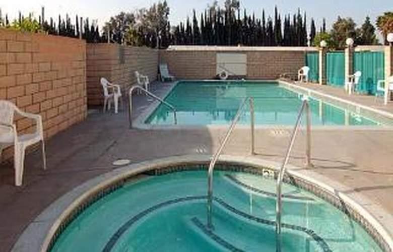 Econo Lodge South - Pool - 5