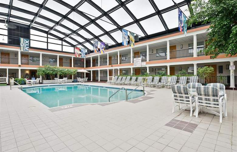 Best Western Green Bay Inn Conference Center - Pool - 82