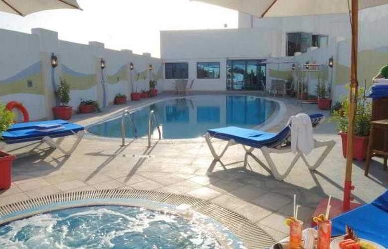 Al Jawhara Hotel Apartments - Pool - 16