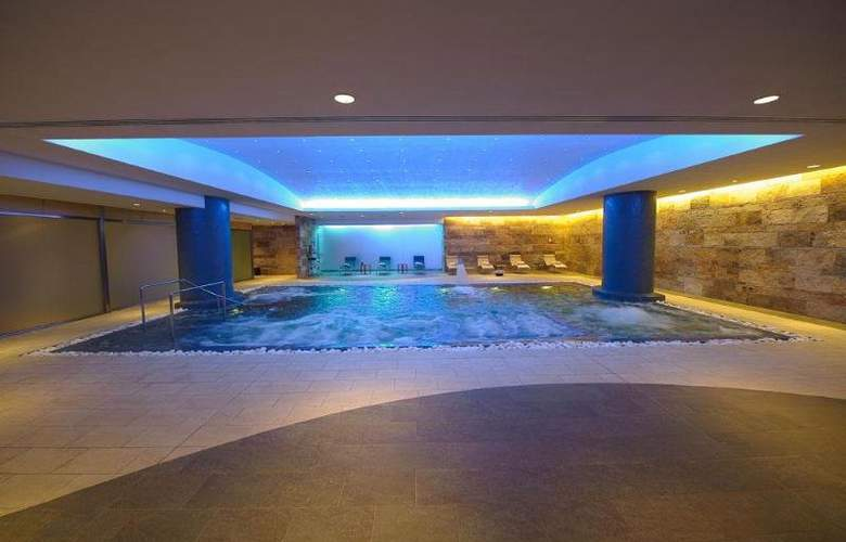 T Hotel - Pool - 1