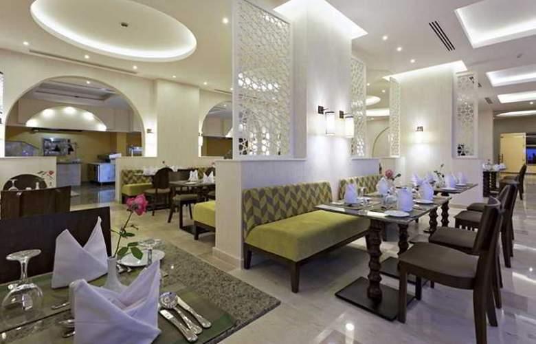 The Three Corners Royal Star Beach Resort - Restaurant - 36