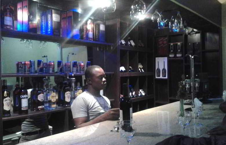 Oragon Hotel and Suites - Bar - 2